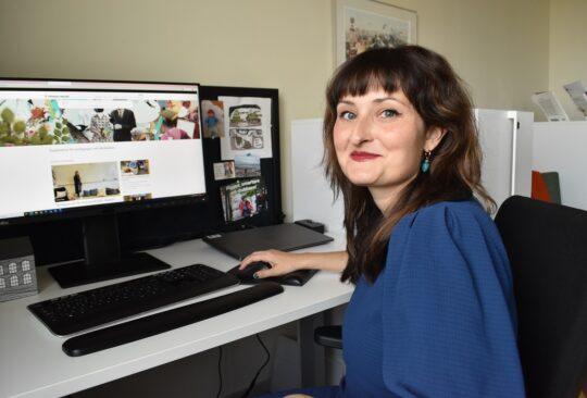 Mette Mjöberg Tegnander sitter vid sin dator och jobbar.